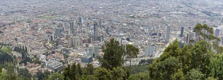 BOGOTA, COLOMBIA, 3 MEI: Luchtfoto van de stad Bogota genomen vanaf de top van Cerro de Monserrate. Colombia 2015 Redactioneel