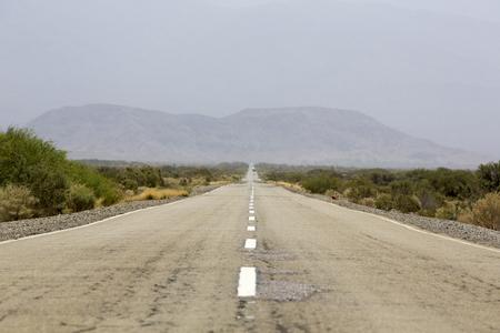 La famosa Ruta 40 (Ruta 40) allanó paralelo camino de los Andes contra un cielo azul y de ir al Parque Nacional El Leoncito, provincia de San Juan. Argentina 2014 (enfoque selectivo)