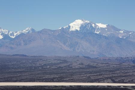 Increíble panorama del Parque Nacional de Pampa El Leoncito con la montaña Aconcagua en el fondo. Provincia de San Juan. Argentina