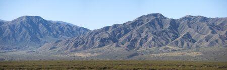 Impresionante panorama de montañas y paisaje árido con cielo azul claro en las montañas de los Andes en el norte de Argentina. Foto de archivo