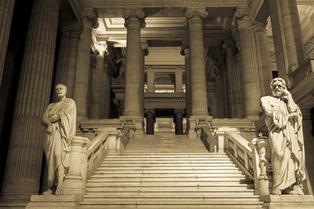 estatua de la justicia: Palacio de Justicia, sala de tribunal nacional en Bruselas, Bélgica. (Sepia imagen)