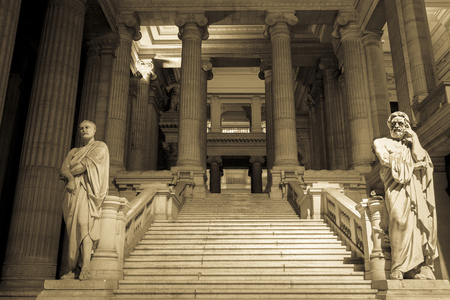 Palais de Justice, salle d'audience nationale à Bruxelles, en Belgique. (Sépia Image)