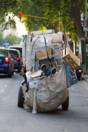 to incorporate: Rear view of a trash pickers and papers of Buenos Aires. Now the government is looking to officiellement Incorporate Them in the waste disposal system. Argentina 2014
