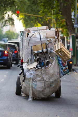 recolector de basura: Vista trasera de un recolectores de basura y papeles de Buenos Aires. Ahora el gobierno está tratando de officiellement incorporarlos en el sistema de eliminación de residuos. Argentina 2014 Editorial