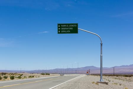 Muestra direccional carretera y el cielo azul en Pampa El Leoncito lo largo de la Ruta 40 (Ruta 40) en la provincia de San Juan. Argentina