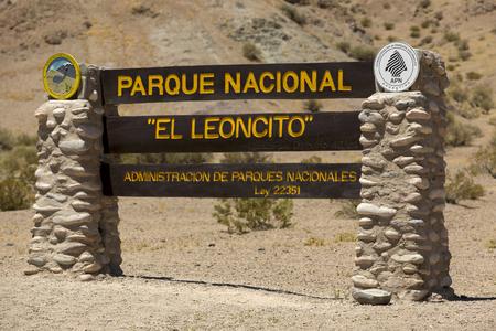 cartel de madera de bienvenida en el Parque Nacional El Leoncito a lo largo de la Ruta 40 Ruta 40. provincia de San Juan. Argentina 2014 Foto de archivo