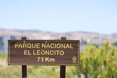 Madera carretera Señal de dirección al Parque Nacional El Leoncito con el cielo azul y las montañas de los Andes a lo largo de la provincia de Ruta 40 Ruta 40. San Juan. Argentina 2014 Foto de archivo