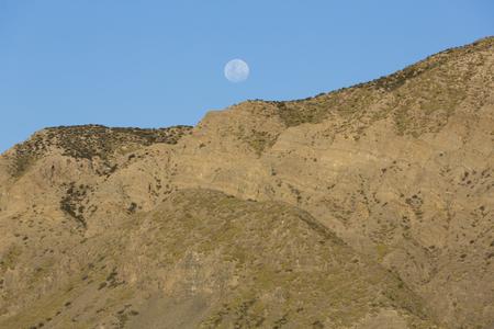 Los detalles de la montaña en el Parque Nacional El Leoncito con la luna llena en el fondo. Provincia de San Juan. Argentina