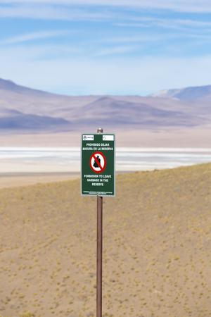botar basura: Signo de madera post diciendo prohibido Votar basura escrito en español Tirar basura prohibida en la Reserva Nacional de Fauna Andina Eduardo Avaroa, Bolivia 2014