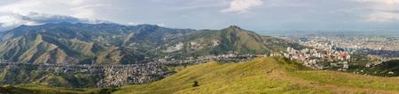 Luchtpanorama van de stad van Cali die vanaf de bovenkant van Cristo del Rey tegen een blauwe hemel wordt genomen. Colombia 2015