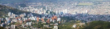 Luchtfoto panorama van de stad Cali genomen vanaf de top van Cristo del Rey tegen een blauwe hemel. Colombia 2015