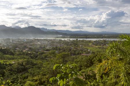 rio amazonas: Vista aérea de Rurrenabaque, la puerta de entrada a la selva amazónica boliviana Foto de archivo