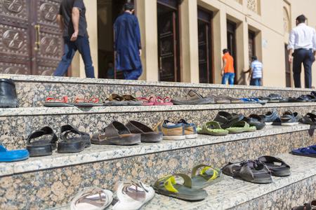 이슬람기도 신발 및 모스크 외부 계단의 세부 정보 두바이에서기도 시간 동안. 아랍 에미리트 연합 2016