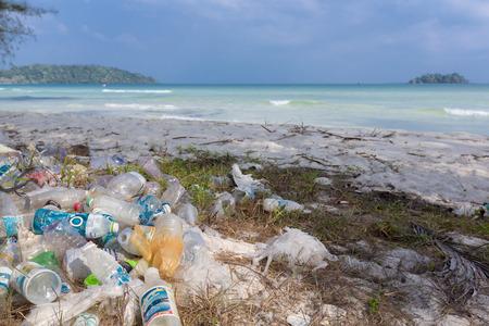 Vuilnis en plastic flessen op een strand links door toerist bij, Rong Island in de buurt van Sihanoukville. Milieuvervuiling concept foto, Cambodja. Zuid-Oost Azië 2016