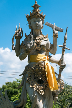 hinduismo: Details of Balinese statue, Hinduism figures in Bali. Clear blue sky in Indonesia Foto de archivo