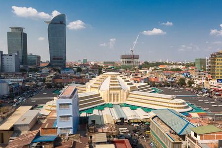 중앙 시장과 프놈펜 센터의 파노라마와 일광 스카이 라인. 4 개의 팔을 가진 돔 형태로 1937 년에 건설 된 대형 시장. 캄보디아