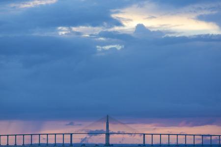 motorizado: Panorama of the Manaus-Iranduba Bridge (called Ponte Rio Negro in Brazil) during the sunset. Bridge over the Rio Negro with 3595 meters of length that links the cities of Manaus and Iranduba. Foto de archivo