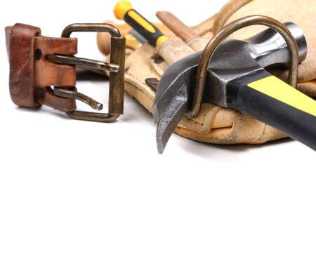 falegname: Strumento cintura alzato Carpenter con strumenti isolata on white