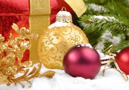 caja navidad: Bolas de Navidad con caja de regalo bajo el �rbol de Navidad