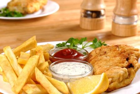 mayonesa: Plato blanco con Fish and chips, mayo y salsa de tomate