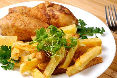 pollo rostizado: Patata y muslos de pollo frito Foto de archivo