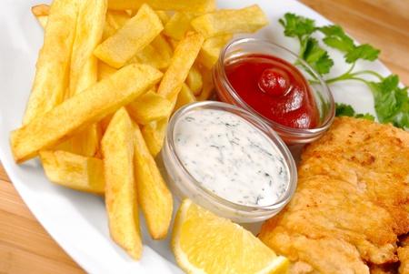 fish chips: Plato blanco con fish and chips, mayo y salsa de tomate Foto de archivo