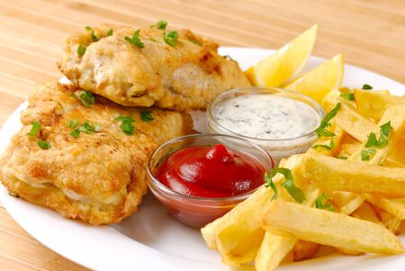 fish chips: Fried fish and chips en la placa blanca