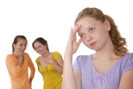 conflictos sociales: Riendo amigos y ni�a triste aislados en blanco