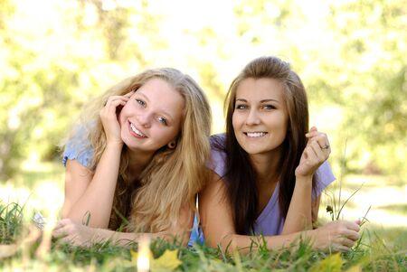 chicas adolescentes: Dos adolescentes que se divierten al aire libre Foto de archivo