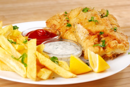 mayonesa: Fried fish and chips en el plato blanco
