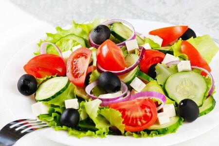 ensalada verde: Ensalada griega en el detalle de plato blanco dispar�