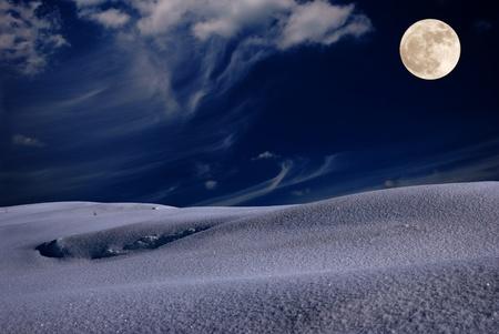 nuit hiver: Nuit d'hiver glacial avec la lune dans le ciel fou