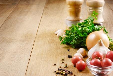 aceite de cocina: Ingredientes alimentarios en el detalle de roble tabla shot