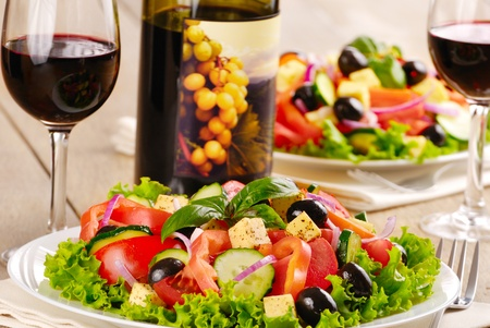 Griechischer salat mit rotwein
