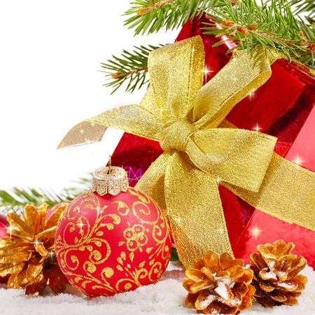 Weihnachtsschmuck mit Geschenk-Box auf den Schnee