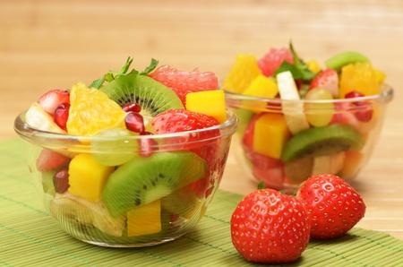 ensalada de frutas: Ensalada de fruta sana en el taz�n de vidrio