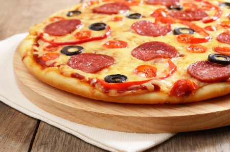 pizza: Pepperoni pizza en la mesa de la cocina Foto de archivo