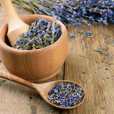 vijzel: Stamper en vijzel met lavendel bloemen met exemplaar-ruimte Stockfoto
