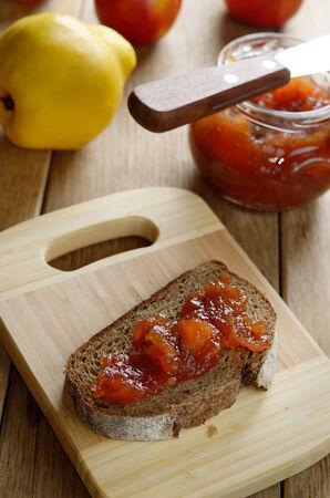membrillo: Pan y membrillo de manzana mermelada sándwich en la placa de corte Foto de archivo