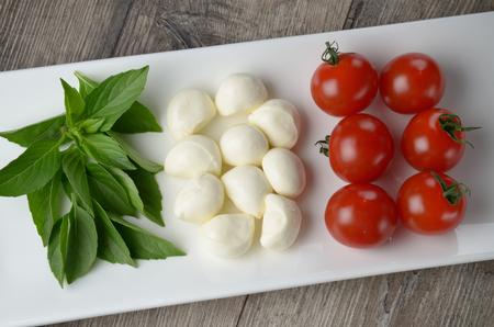 bandera de italia: Ensalada Caprese en forma de bandera italiana en la placa blanca