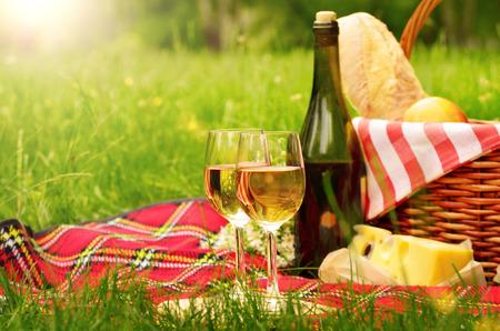 사과 빵 치즈와 와인 Picnc 바구니