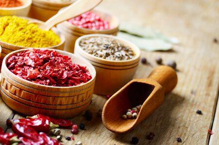 especias: Conjunto de especias en la mesa de madera