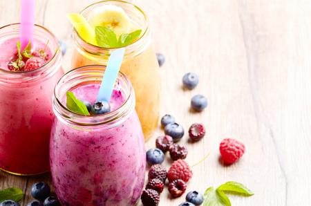 jugo de frutas: Fruta clasificada sacude en el cuadro blanco. Concepto Smoothie Foto de archivo