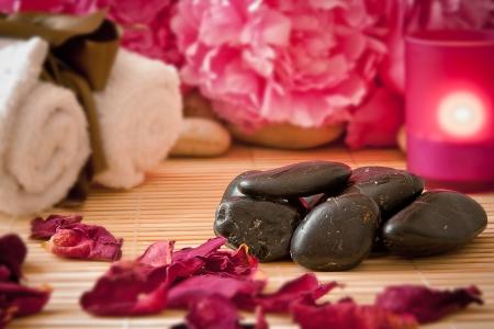 pfingstrosen: Massage Steine ??mit rosa Pfingstrose Blumen, Kerzen und Handtücher Aromatherapie Spa-Szene