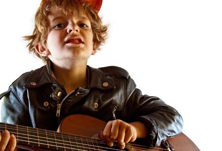 niños actuando: Kid ensayando para ser una estrella de rock mal-culo