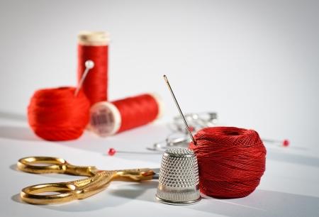 kit de costura: Un kit de costura en color rojo, paisaje