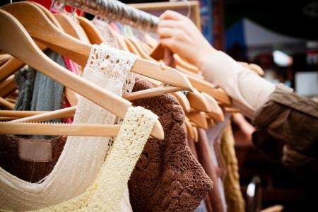 tienda de ropas: Un estante de segunda mano vestidos de las mujeres en un mercado de gangas recesi�n Londres