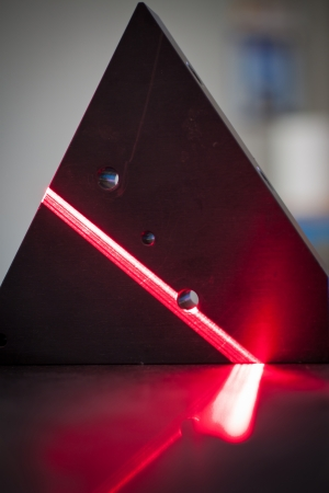 alineaci�n: Esc�ner l�ser 3D: el rayo l�ser de color rojo brillante exploraci�n de una superficie. Foto de archivo