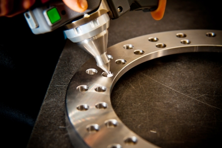 frezowanie: Szczegóły końcówki 3d skanera laserowego ramienia mechanicznego, z wiązką lasera skanera na powierzchni płytkiej głębi ostrości, koncentrują się na tipl