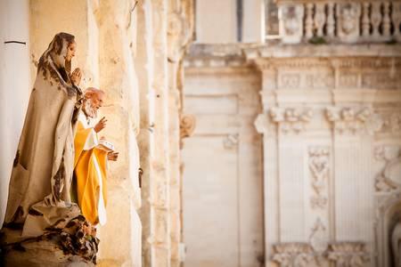 papier mache: Dos estatuas de cart�n piedra fuera de un taller en la plaza de la catedral en Lecce, Italia Enfoque en el mont�n de estatuas copyspace